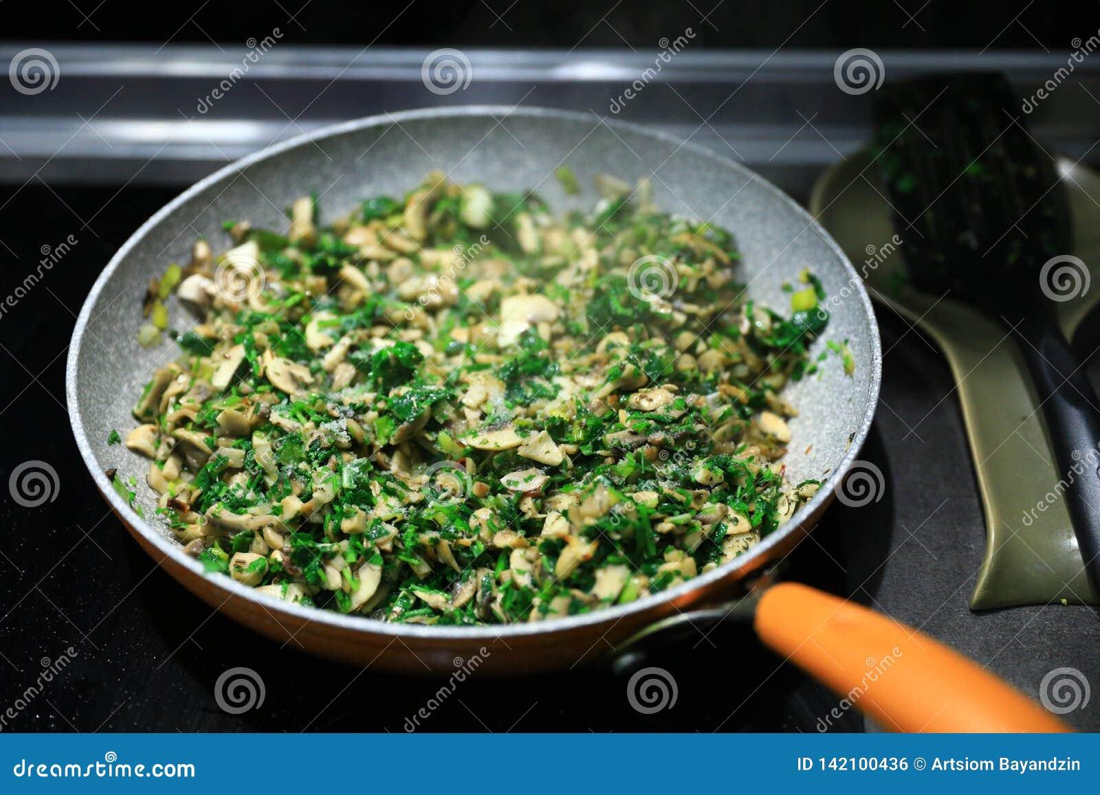 与绿色的Pan-fried蘑菇