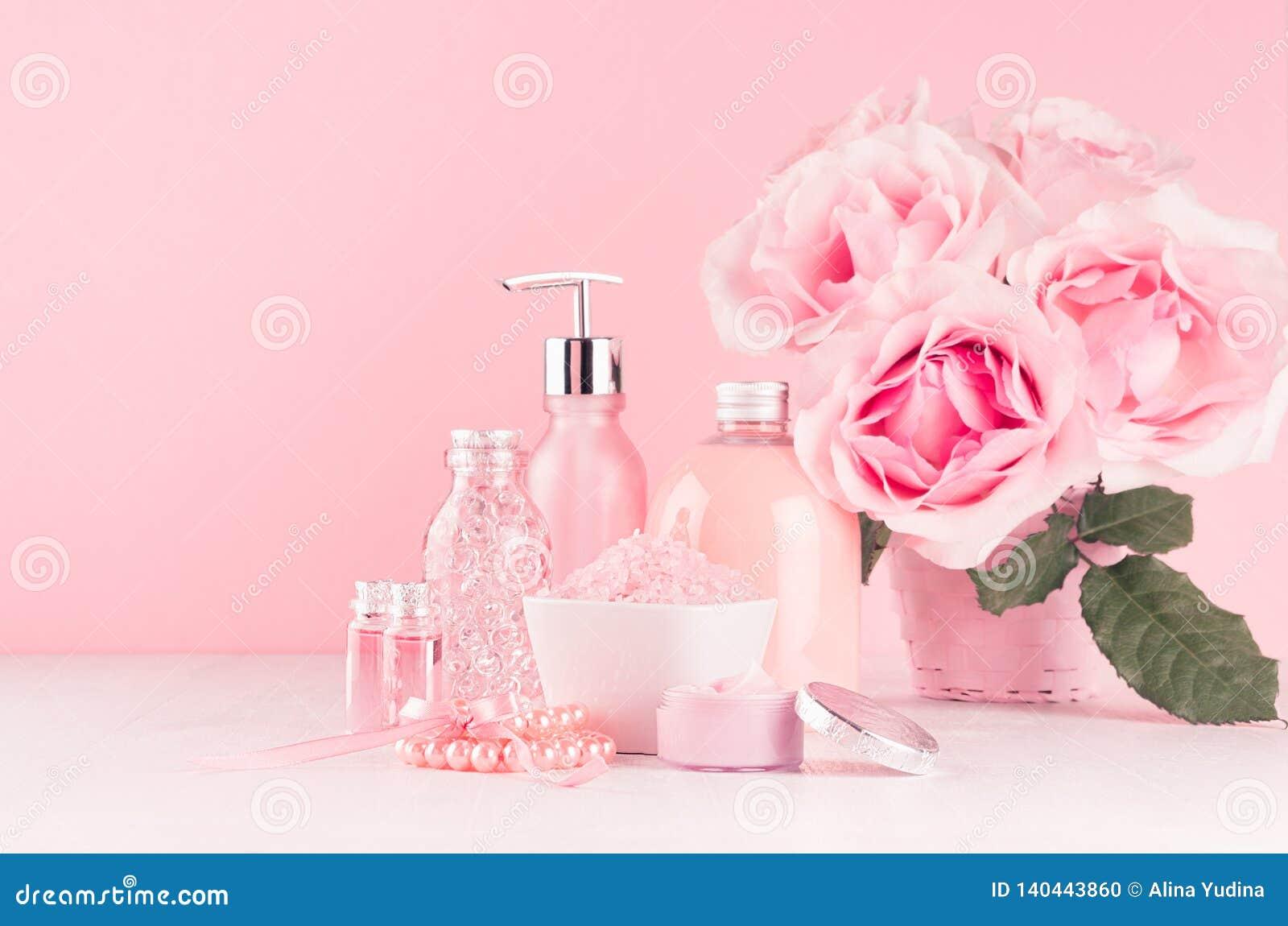 与花,化妆用品产品的柔和的少女梳妆台-玫瑰油、腌制槽用食盐、奶油、香水、棉花毛巾、瓶和弓