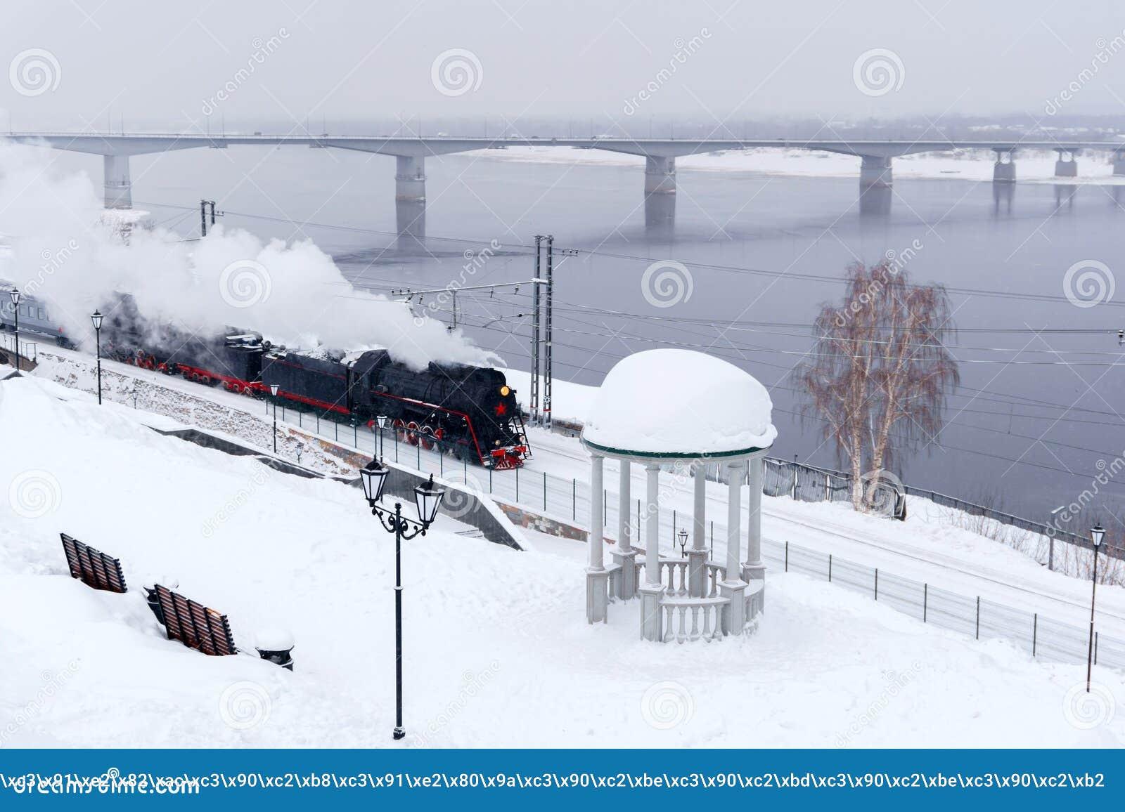与蒸汽火车的冬天风景