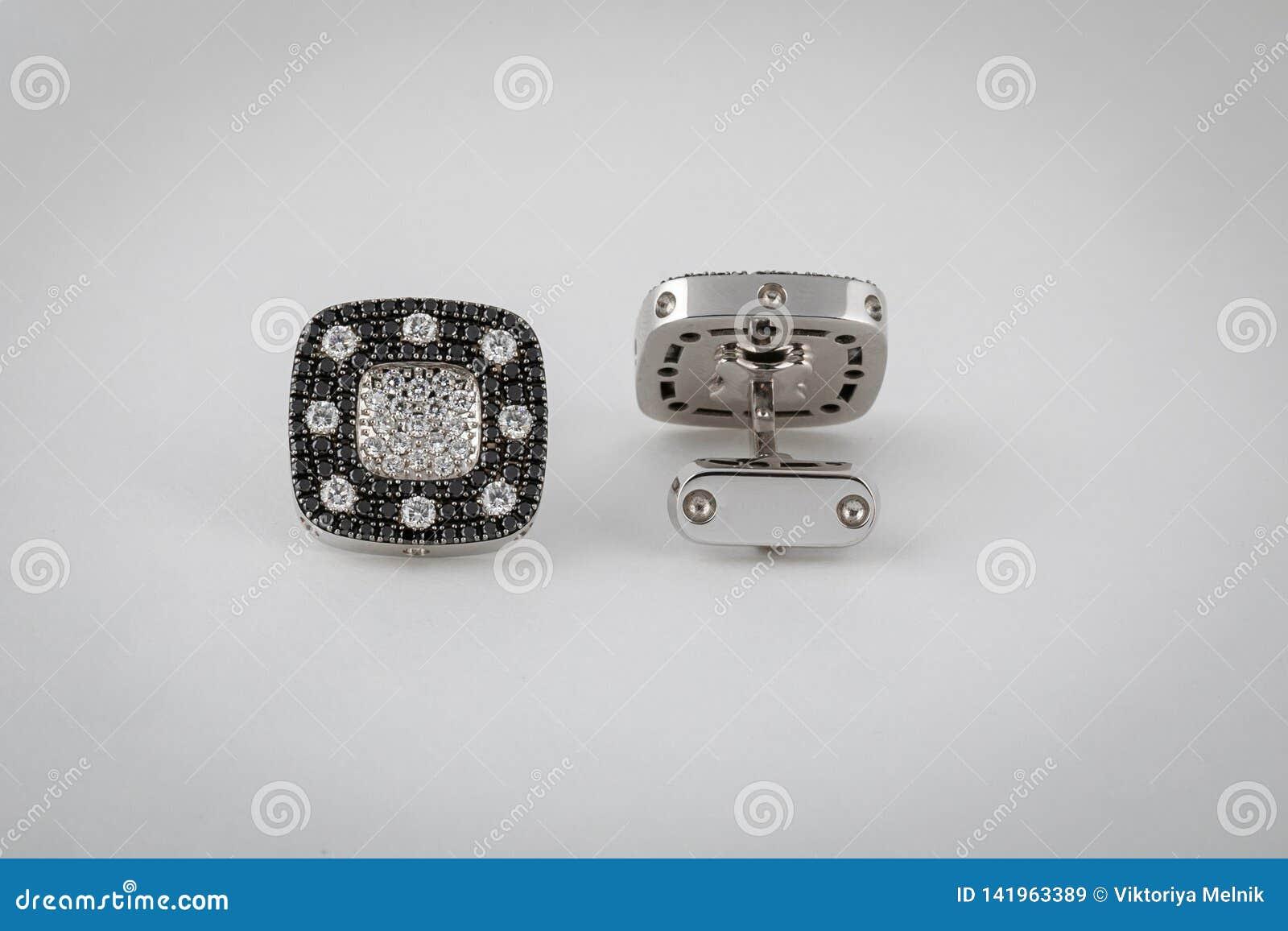 与黑金刚石和白色金刚石的银色链扣在中部,隔绝在白色背景
