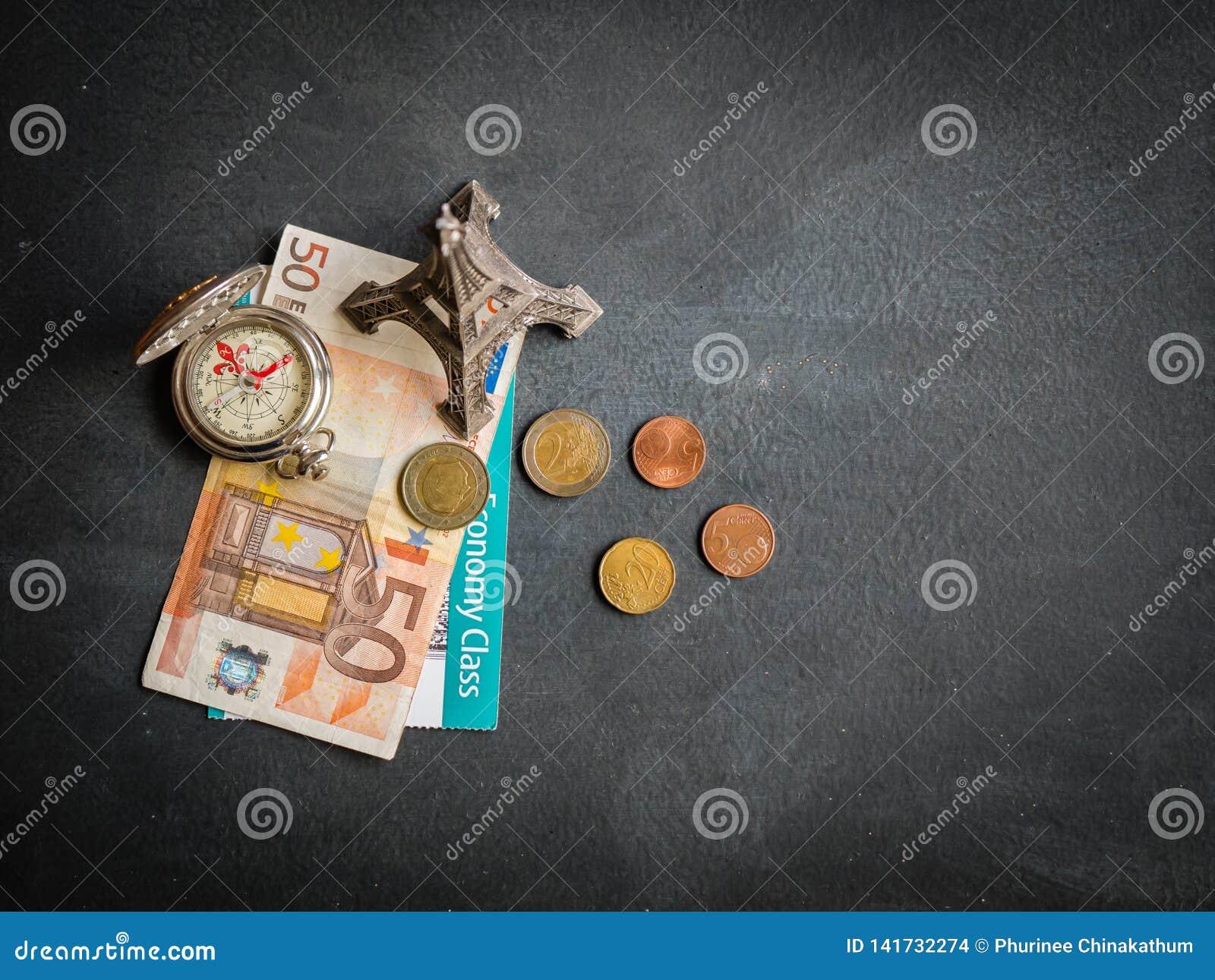与50欧元钞票和登机牌的埃菲尔铁塔