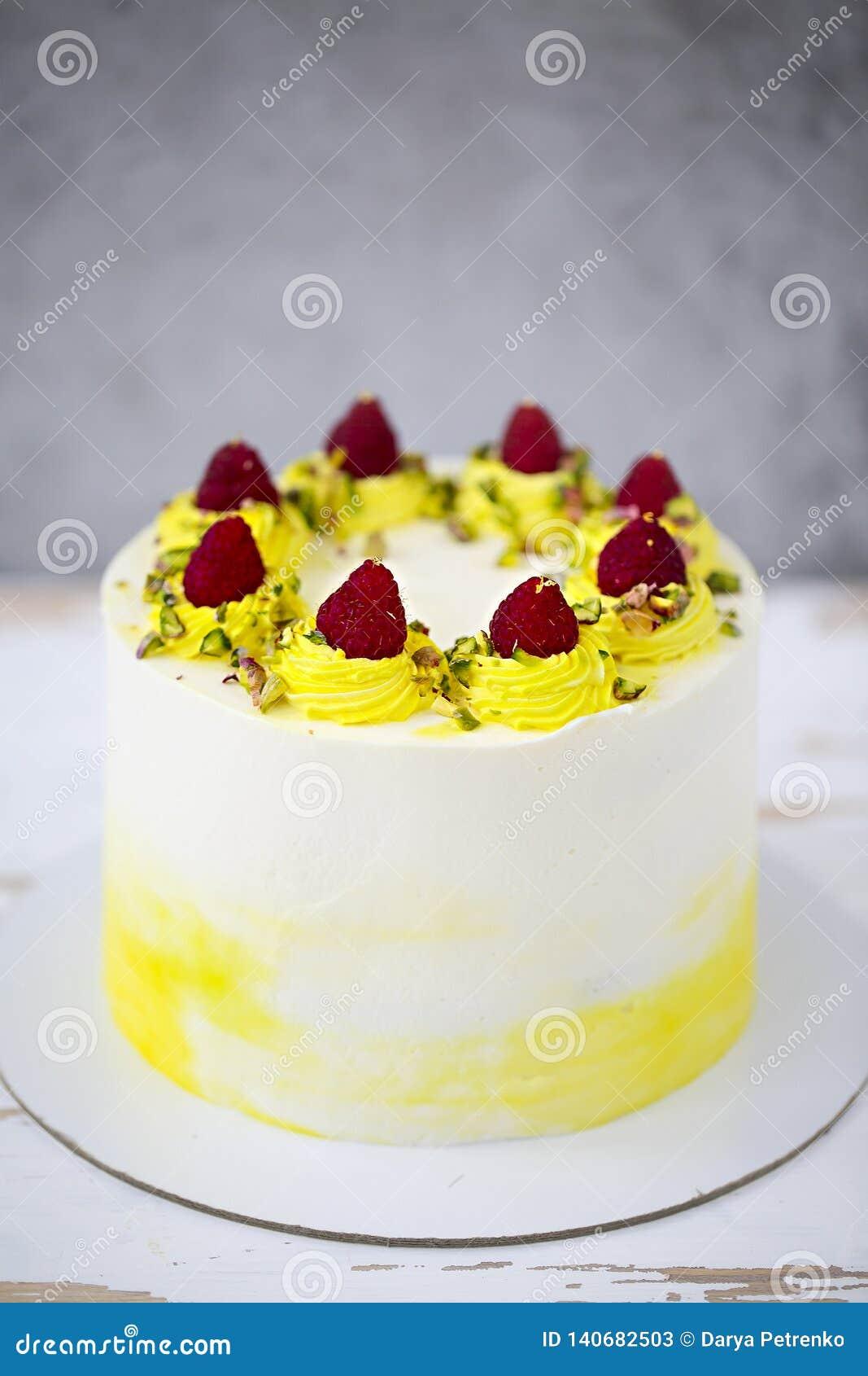 与mascarpone的生日快乐蛋糕装饰用莓,在蛋糕立场的开心果