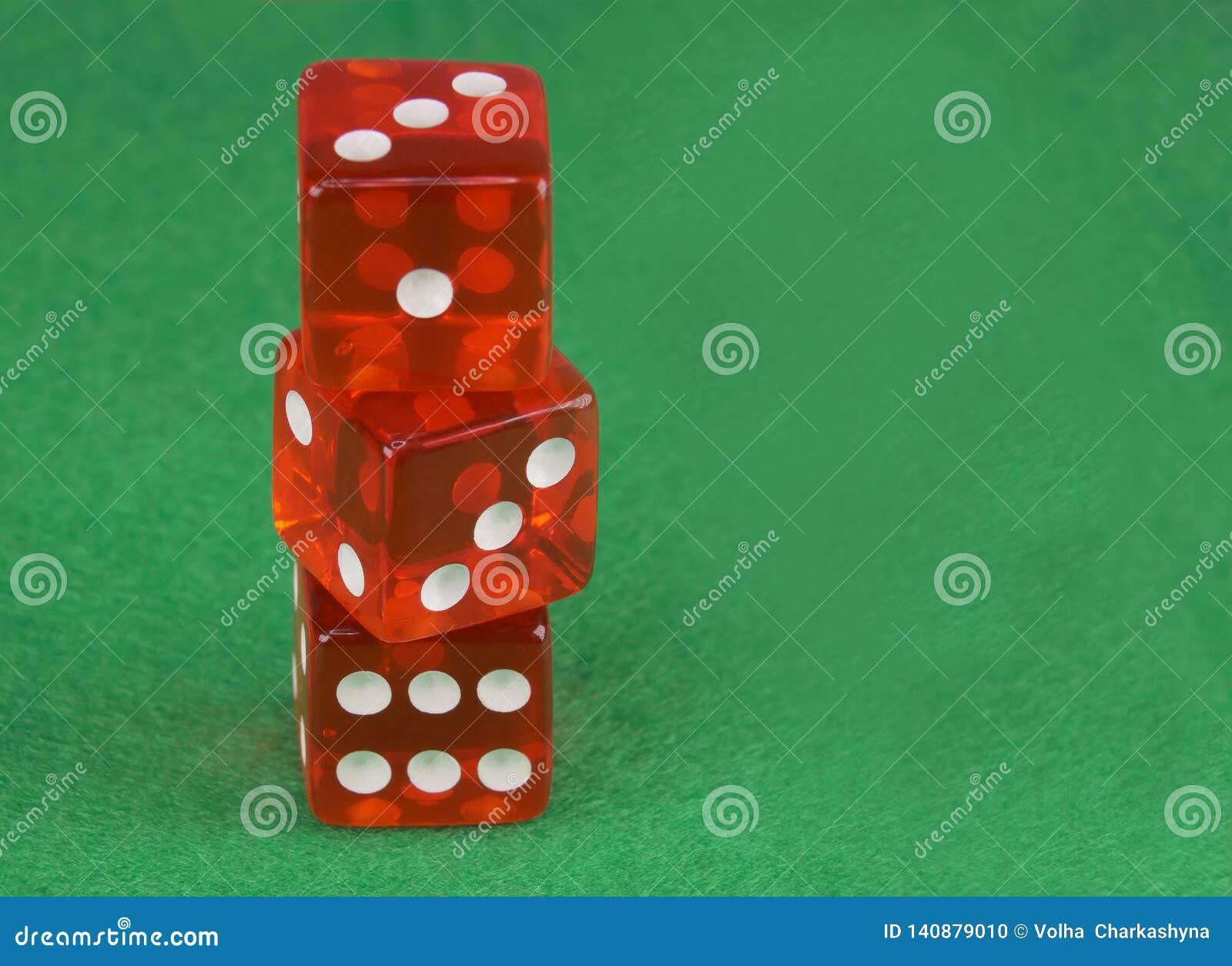 三红色赌博娱乐场在绿色布料切成小方块 网上赌博的概念 复制文本的空间