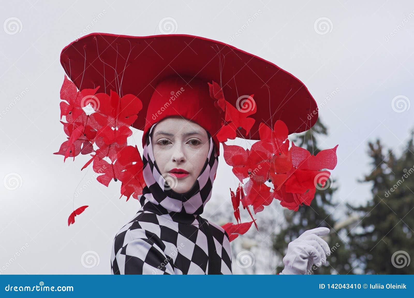 一个帽子的街道女演员有在圣帕特里克的天游行的蝴蝶的在公园索科尔尼基