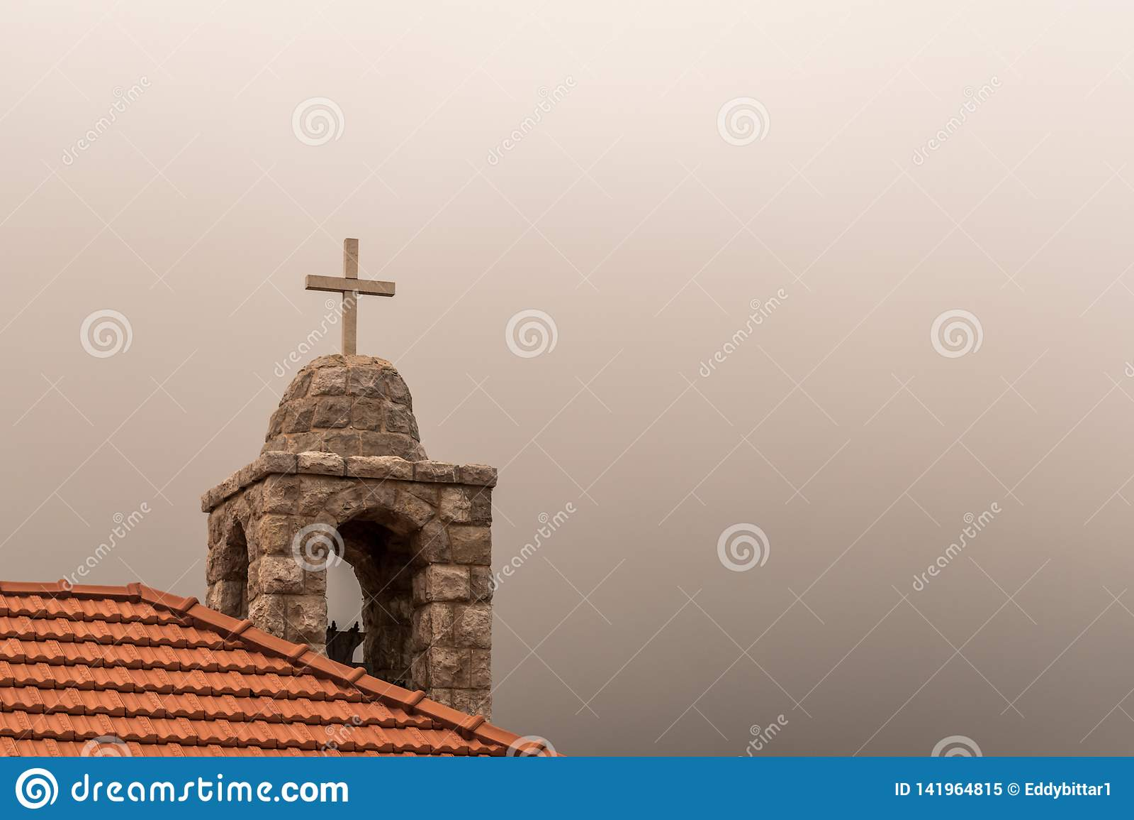 一个教会的十字架上流的