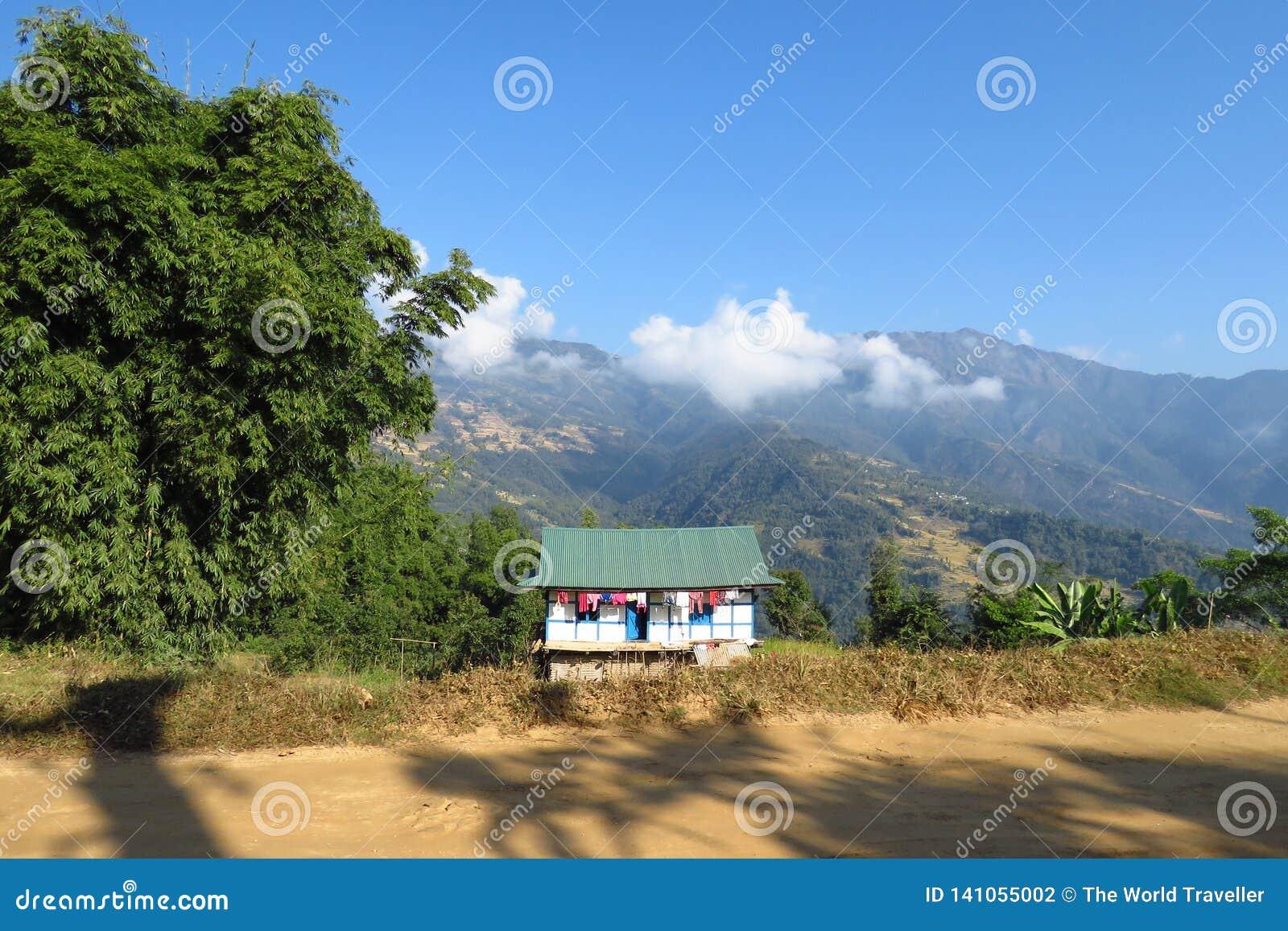 一个美好的山风景的议院,坎德巴里,尼泊尔