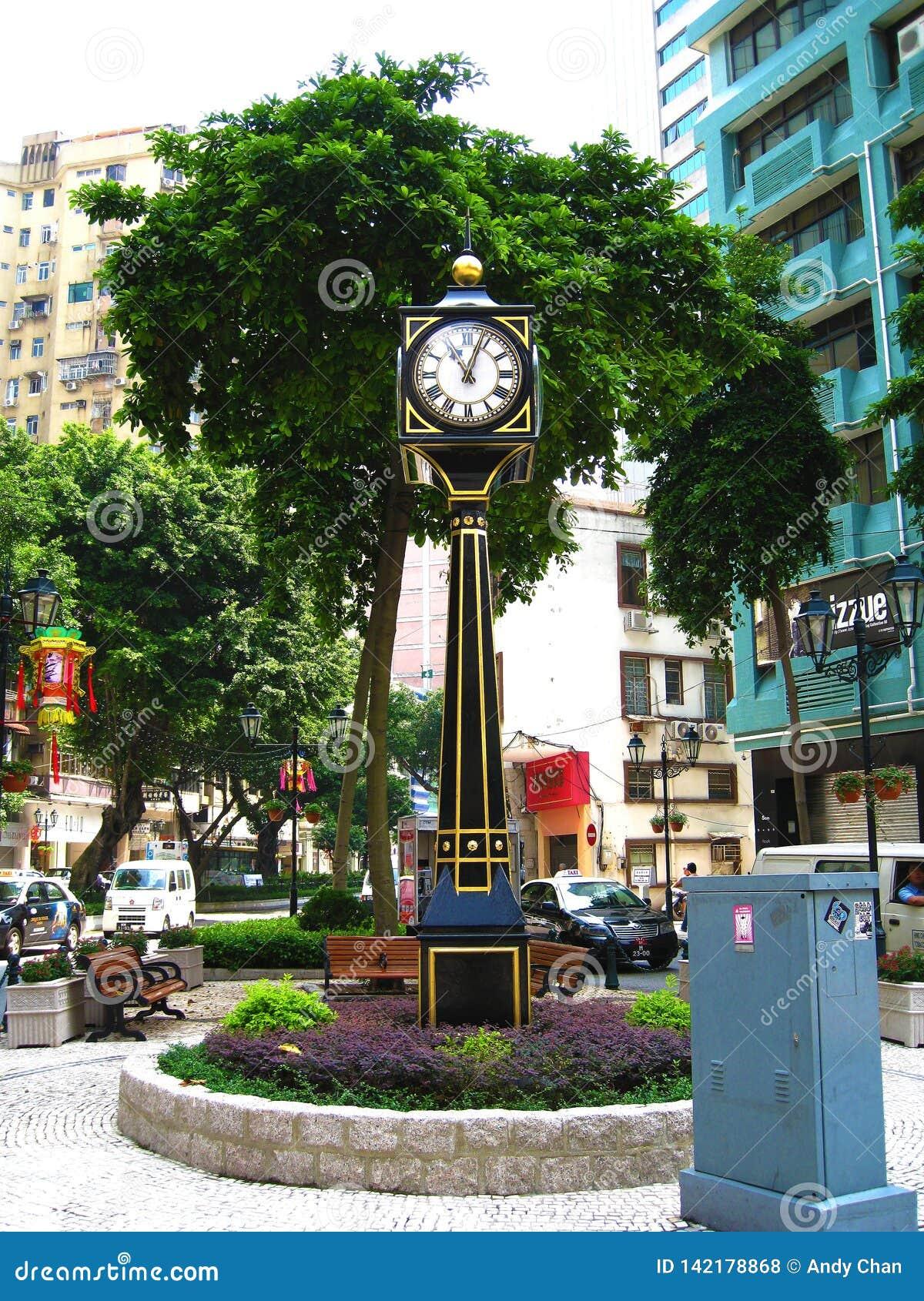 一个高和微小的黑西部大座钟在显示时间的市中心对公众