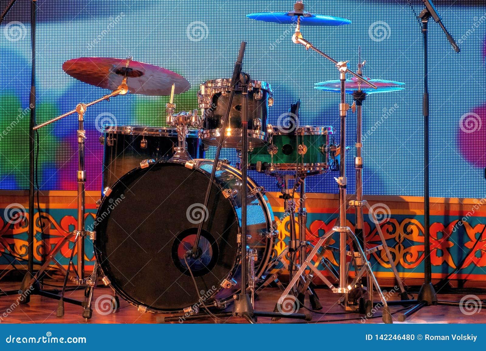 一套在阶段的打击乐器 鼓和板材 机架和话筒 音乐主题