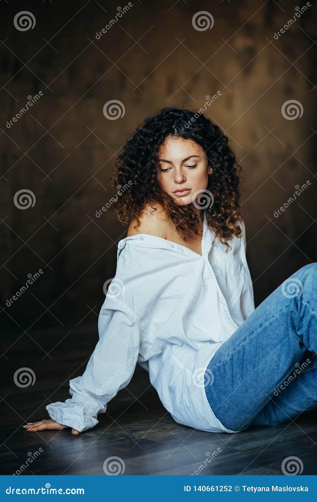 一美丽的少女的画象在一个黑暗的演播室 卷发