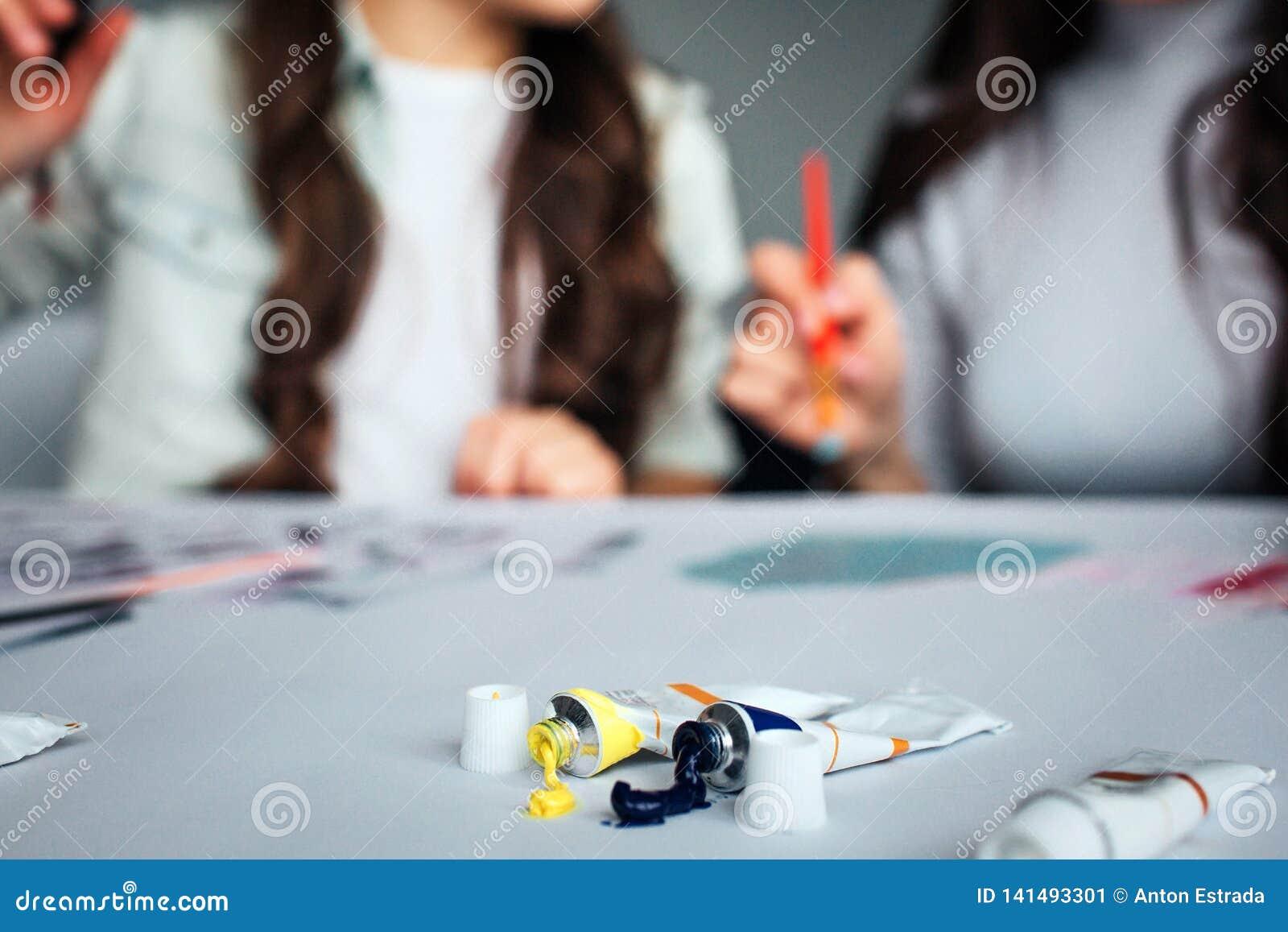 一起美丽的深色的白种人母亲和女儿油漆在屋子里 被弄脏的图片 绘在桌上的妇女 管