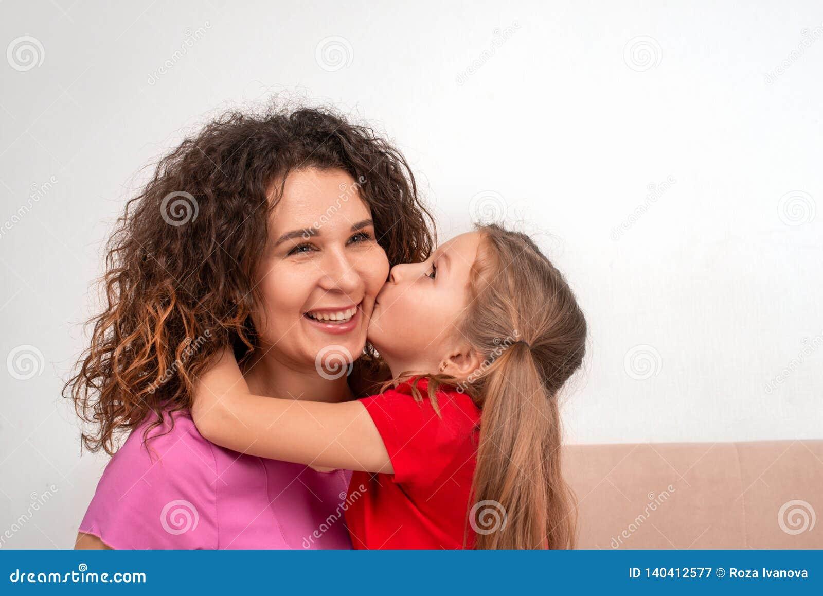 一起花费时间的射击一个cheriful母亲和她的一点dougter 亲吻面颊的女儿妈妈