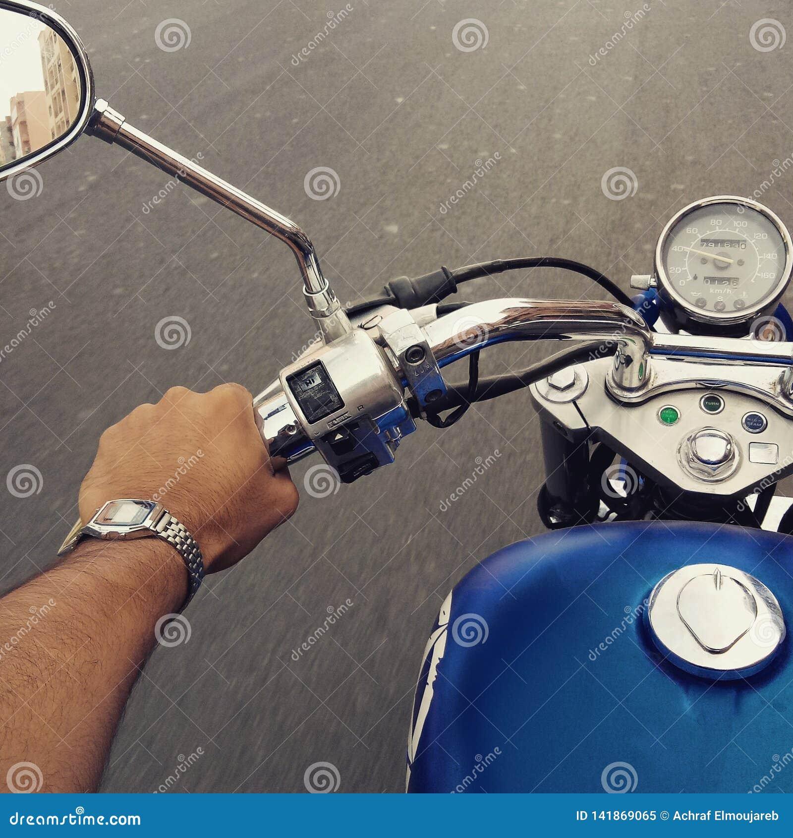 乘坐的motocycle本田阴影harley戴维森摩洛哥马拉喀什旅游业蓝色手表casio
