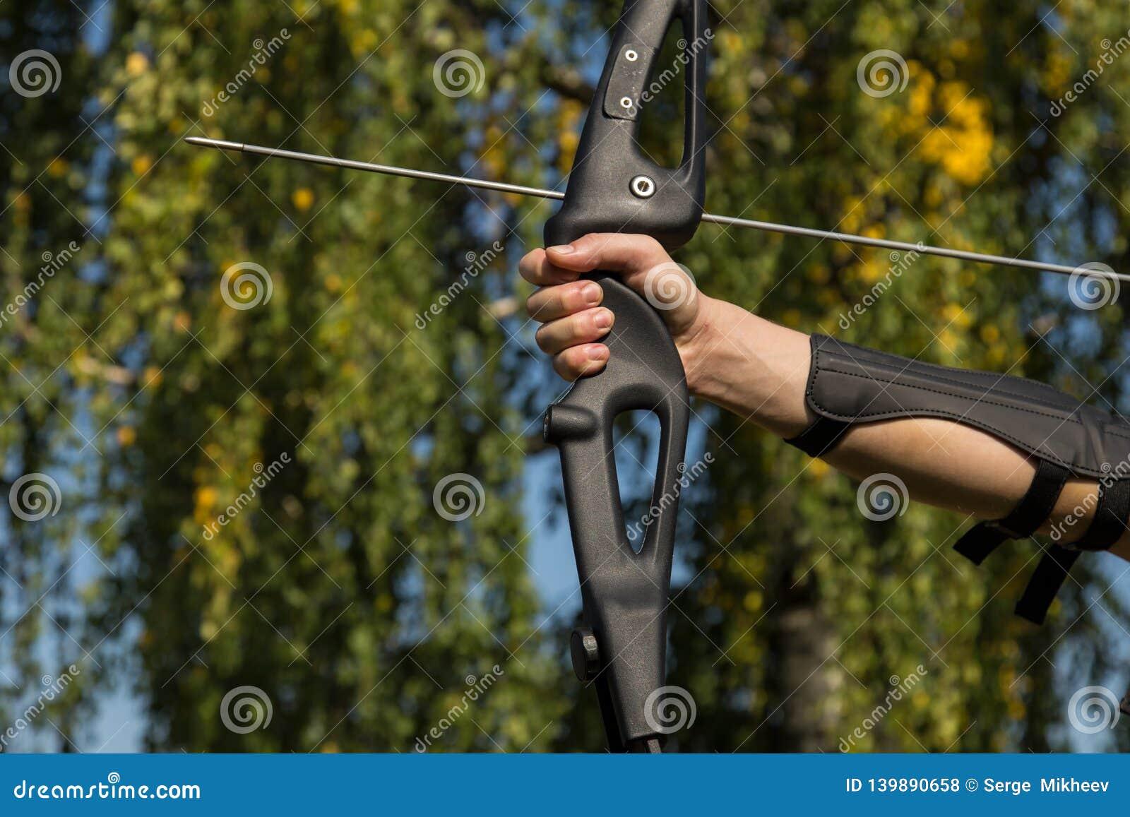 人从弓射击 特写镜头 射箭实践