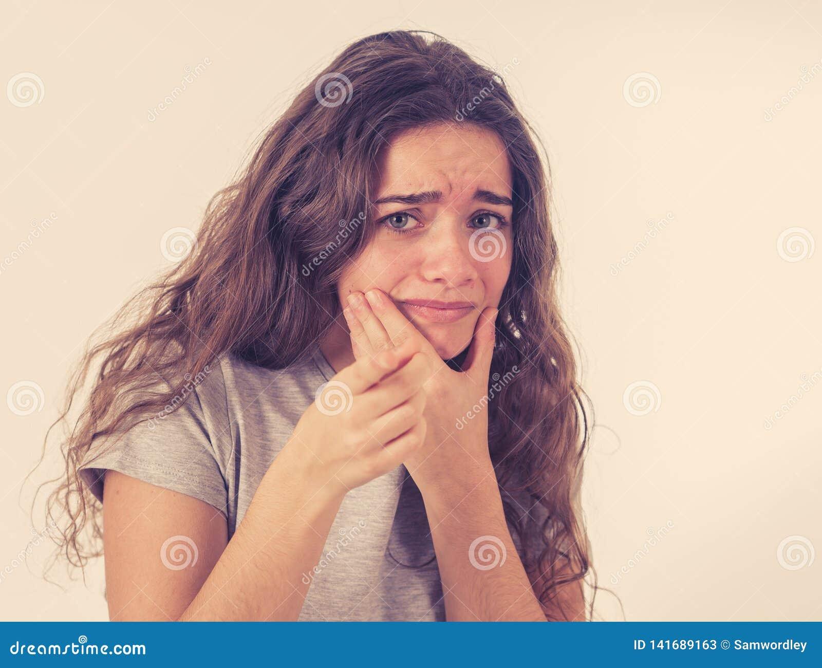 人的表示和情感 看起来年轻可爱的少年的女孩惊吓和冲击