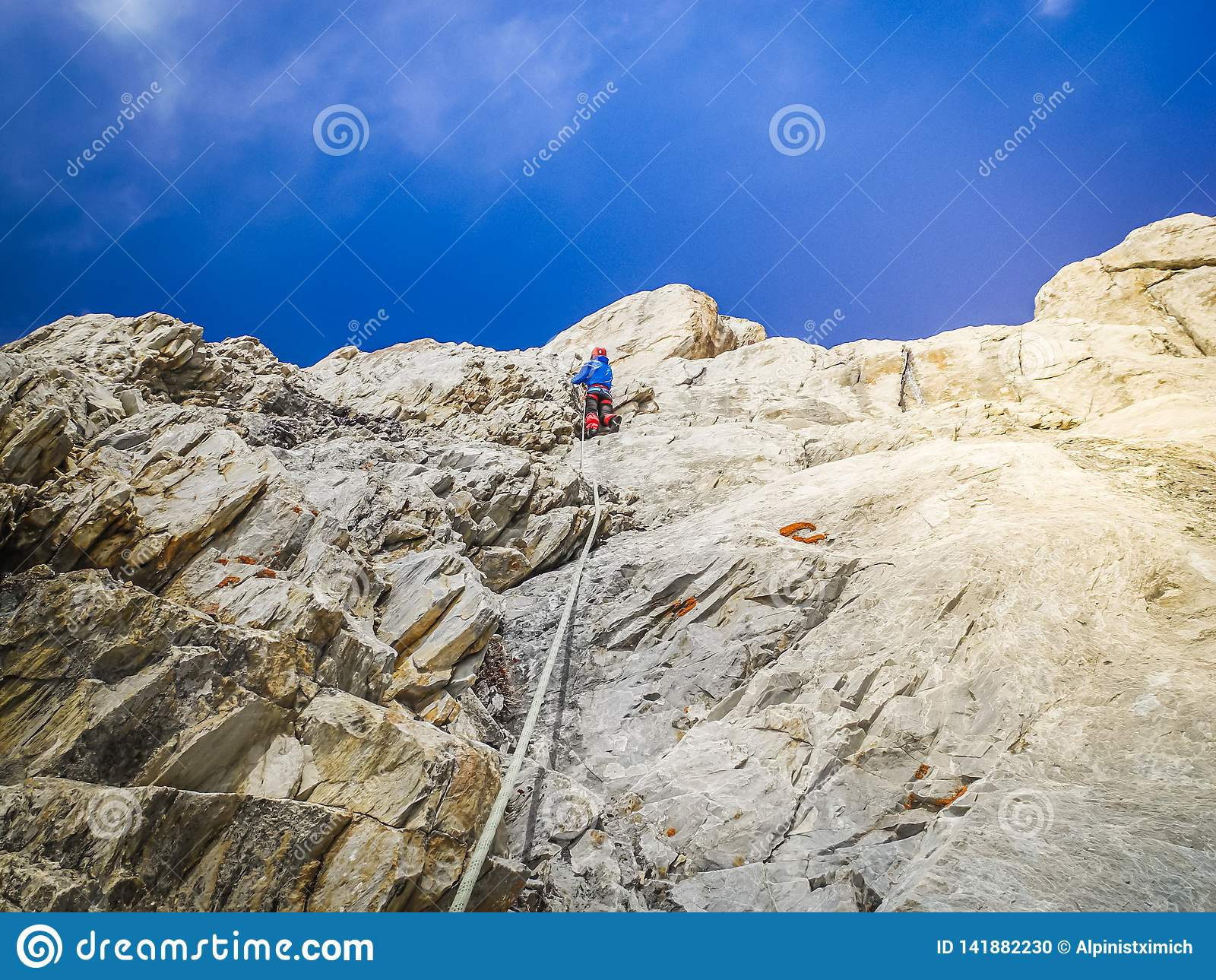人登山人在上面攀登岩石壁架 极端休闲和冒险的概念