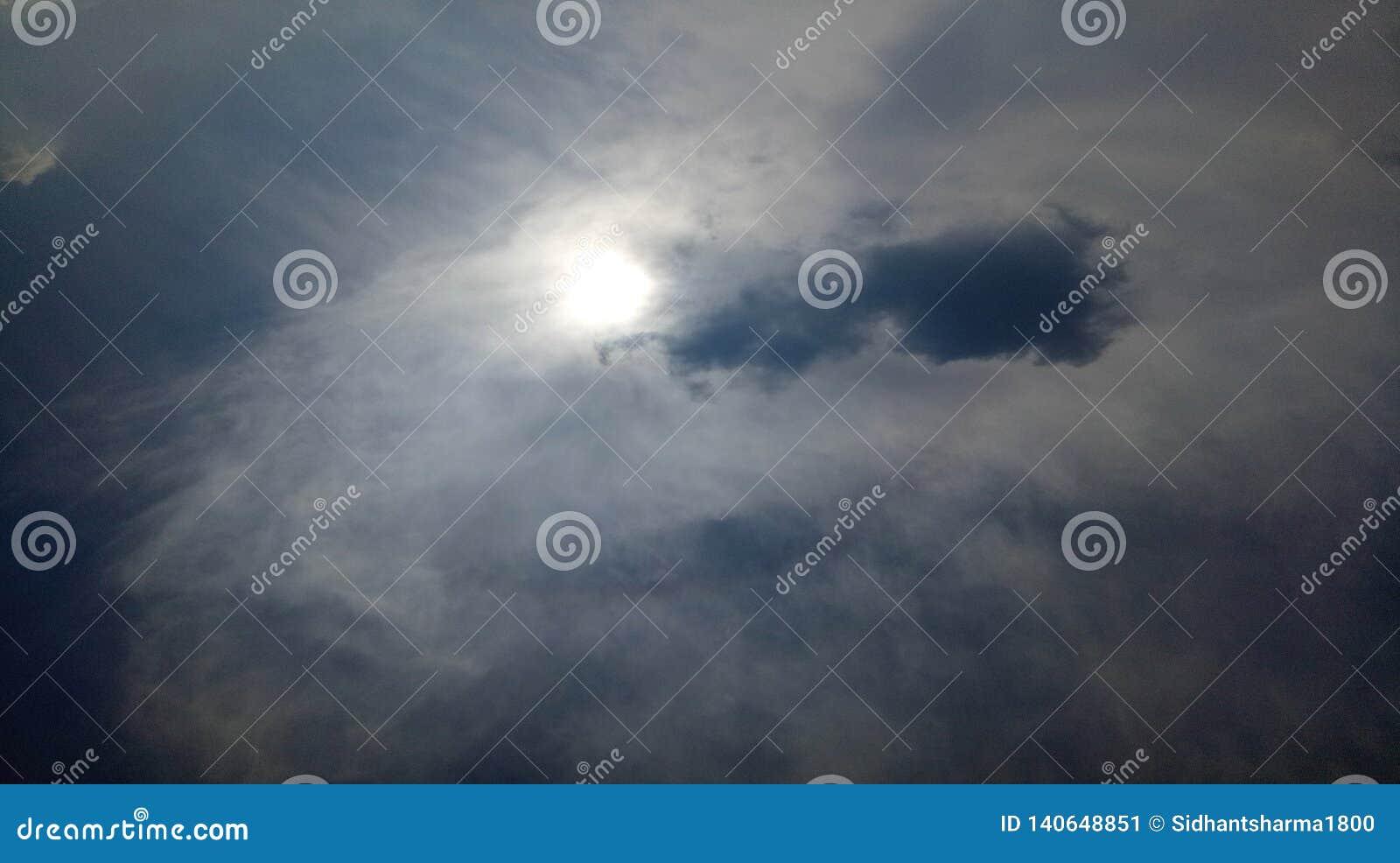 云彩天空在昏暗的天窗美丽的背景墙纸的太阳亮光