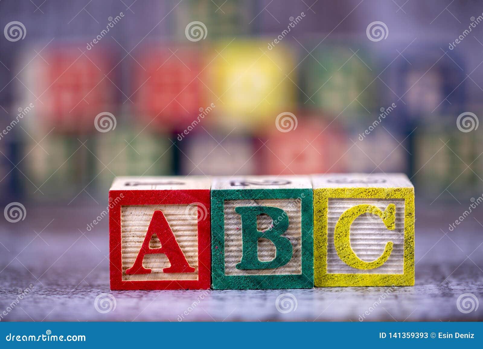 五颜六色的木字母表;a,b,c写道 教育概念照片