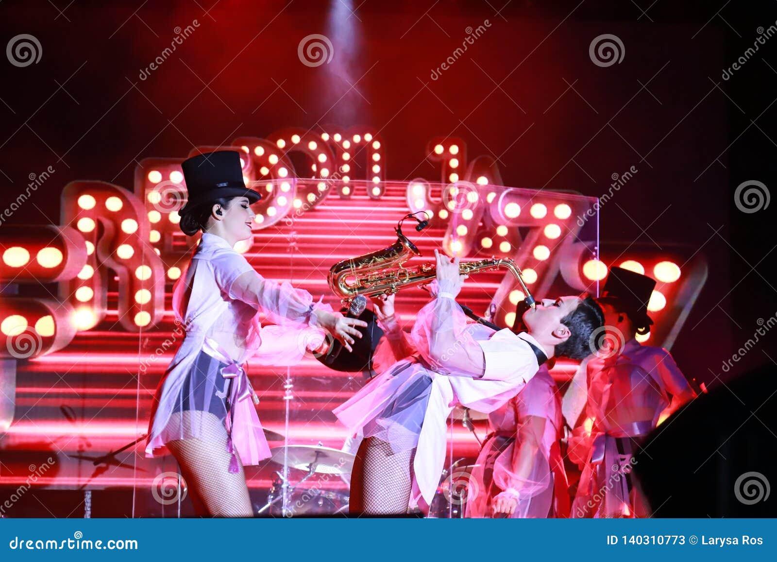 从乌克兰带自由爵士乐的美女在第聂伯罗彼得罗夫斯克执行 欧洲歌唱大赛2019年