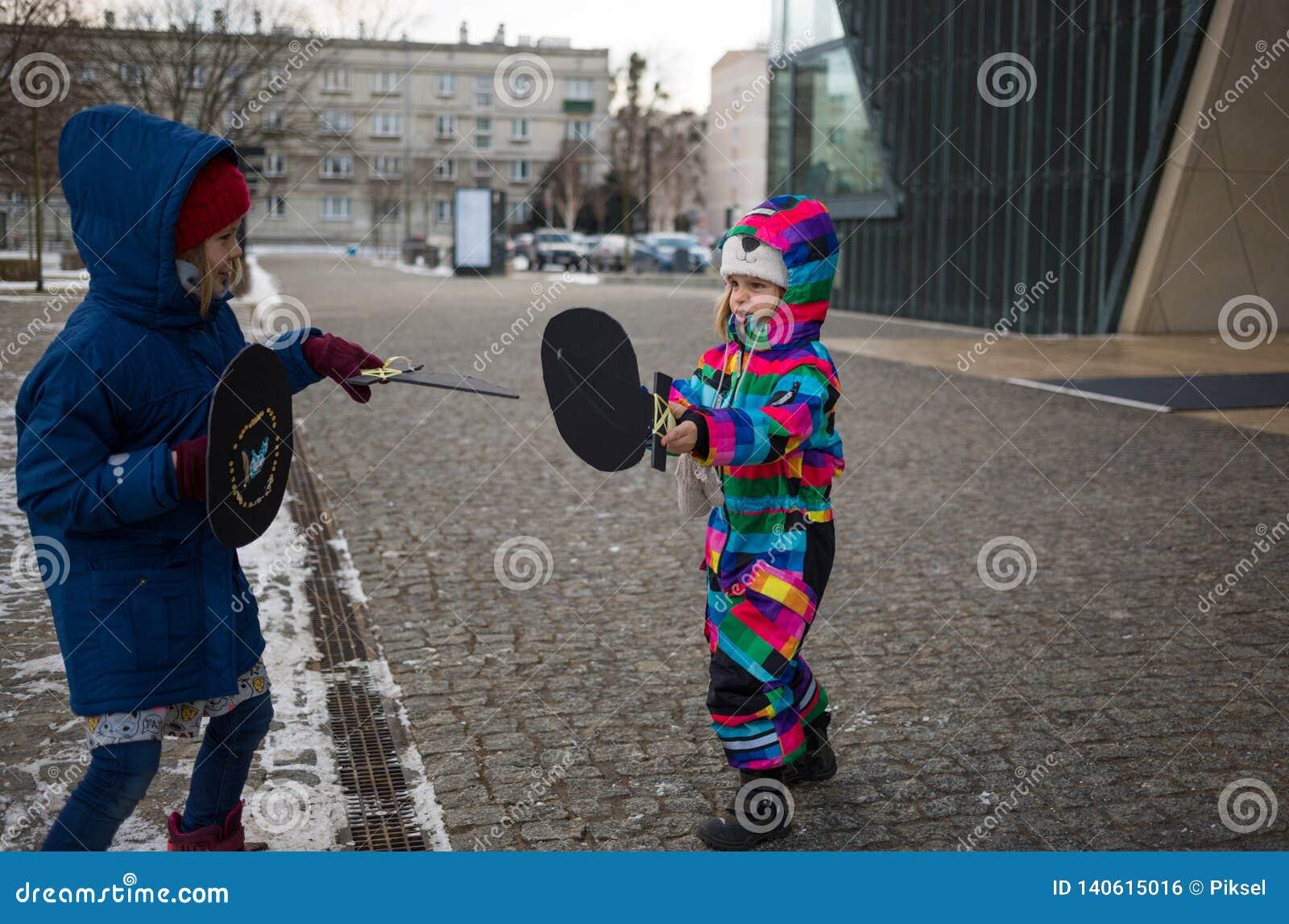 使用与纸板剑的孩子户外