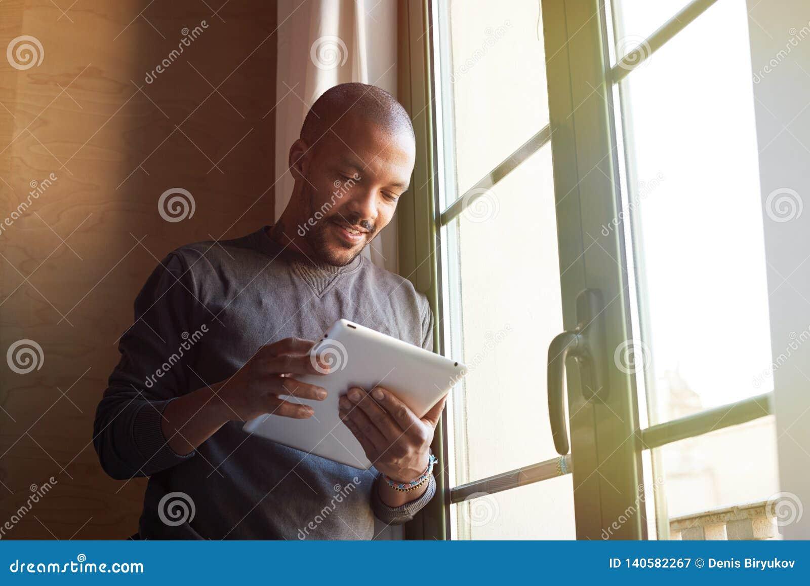 使用电子片剂的非裔美国人的黑人在家