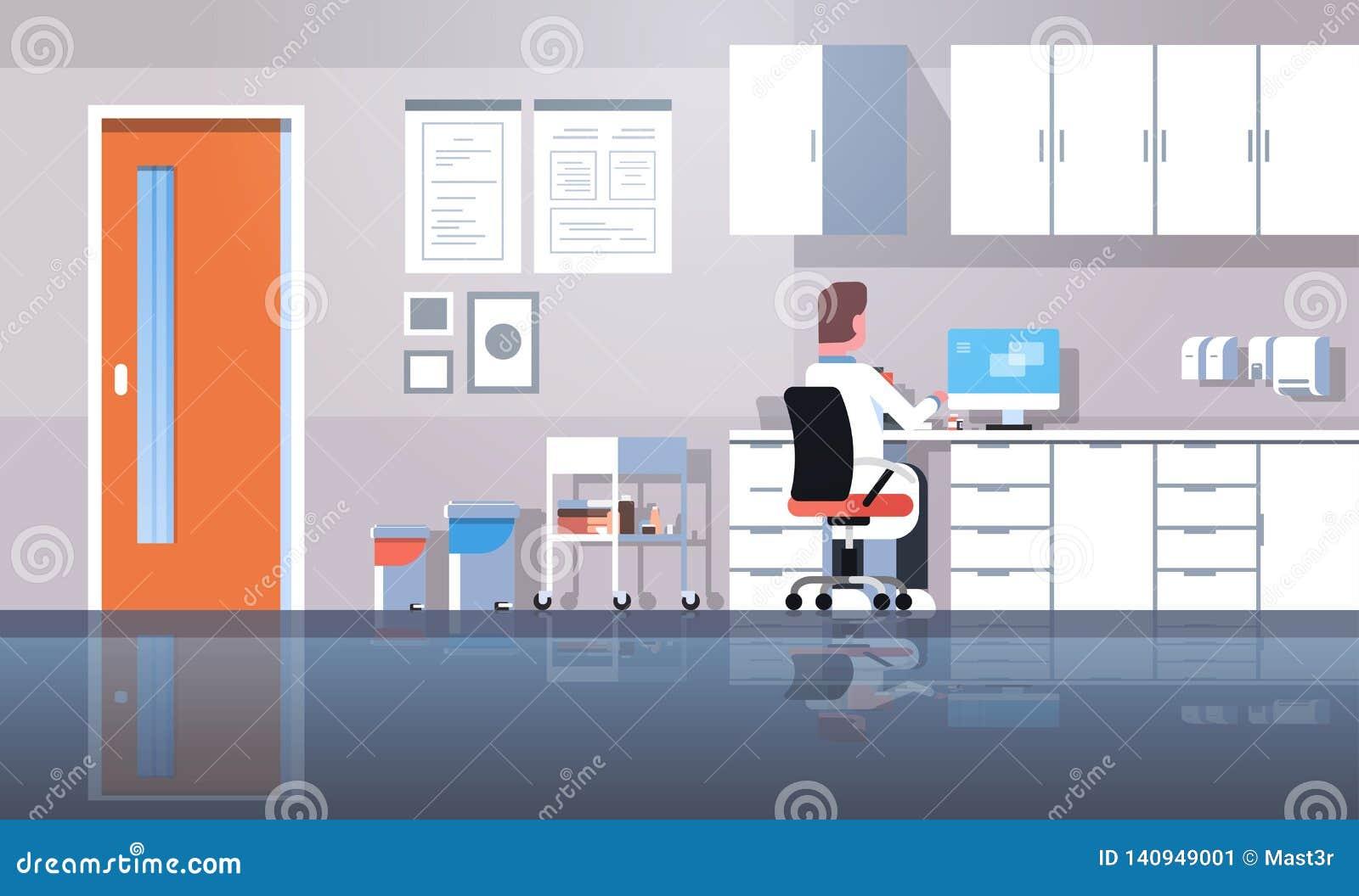 使用计算机背面图医生的人牙医坐的工作场所一致的运作的过程现代诊所办公室内部的