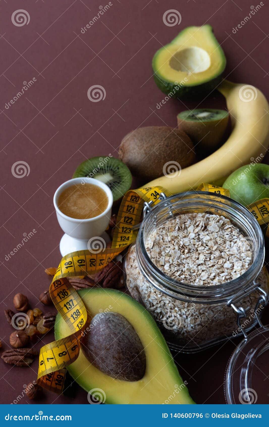 体育和饮食概念 成份在棕色背景的健康早餐