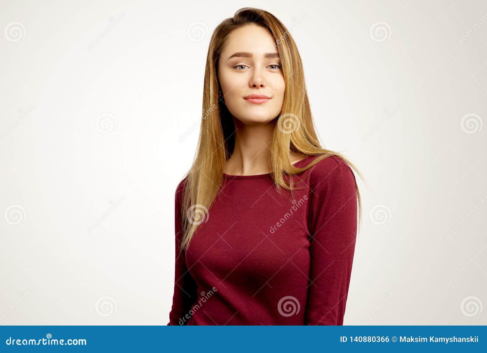 便服的可爱的女孩 迷人的模型严重看直接入照相机