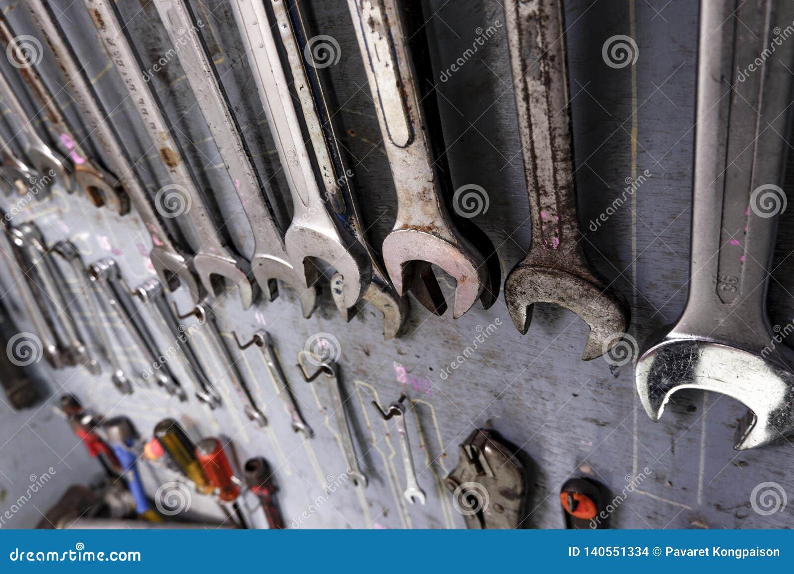修理工业工作的设备有很多的工具柜