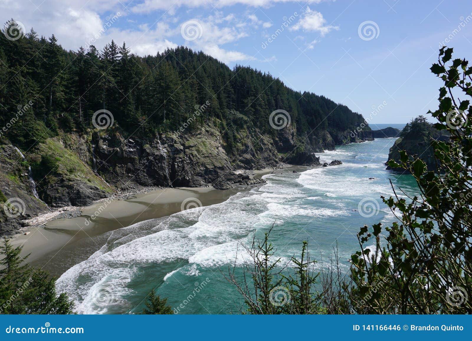 俄勒冈与天空蔚蓝的海岸海滩在海洋