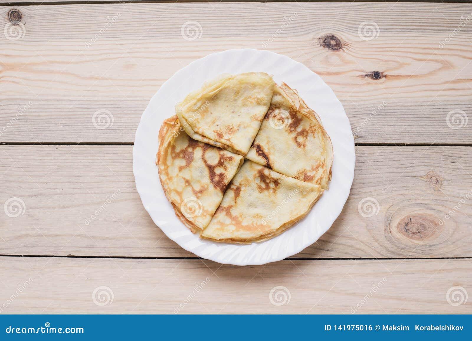 俄国稀薄的俄式薄煎饼薄煎饼 Maslenitsa Maslenitsa是Maslenitsa食物节日 与拷贝空间的顶视图