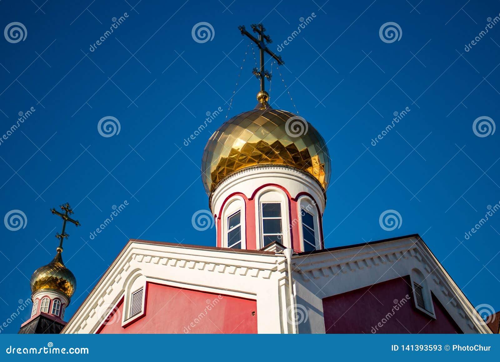 俄罗斯正教会的被镀金的圆顶与十字架的