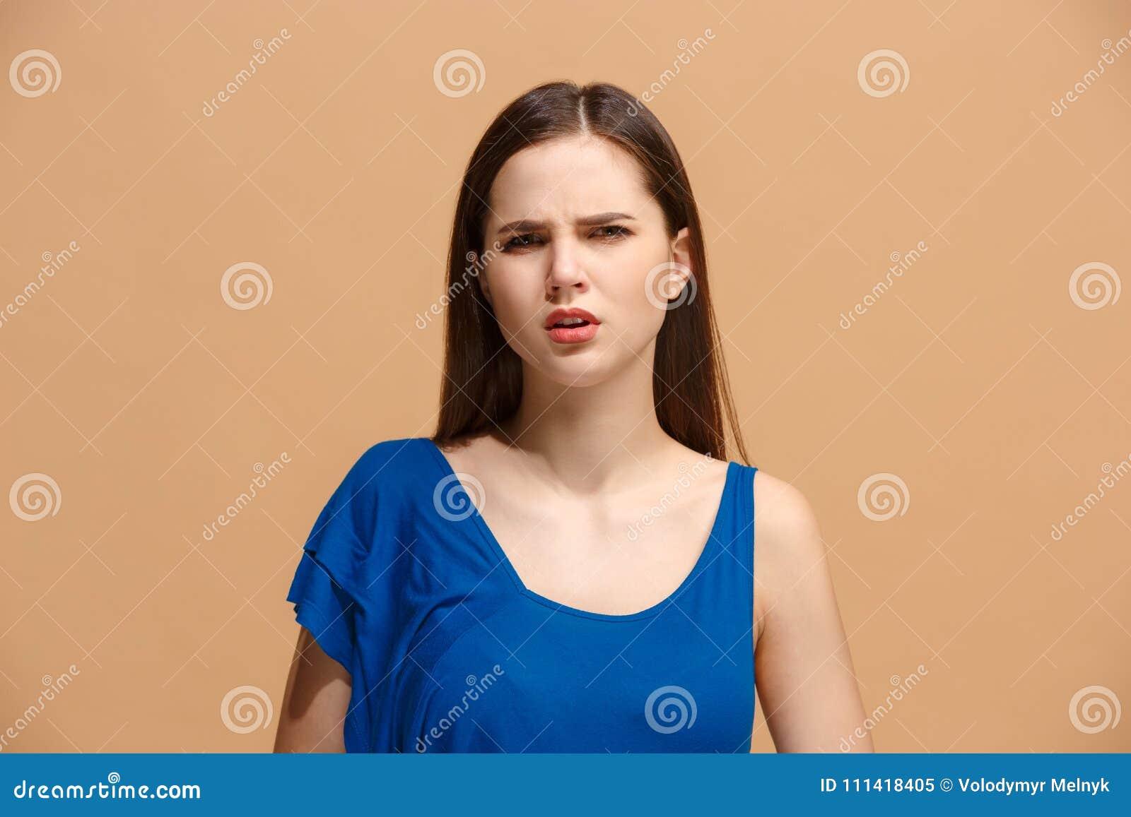 Äckla kvinnan med fundersamt uttrycksdanandeval mot pastellfärgad bakgrund
