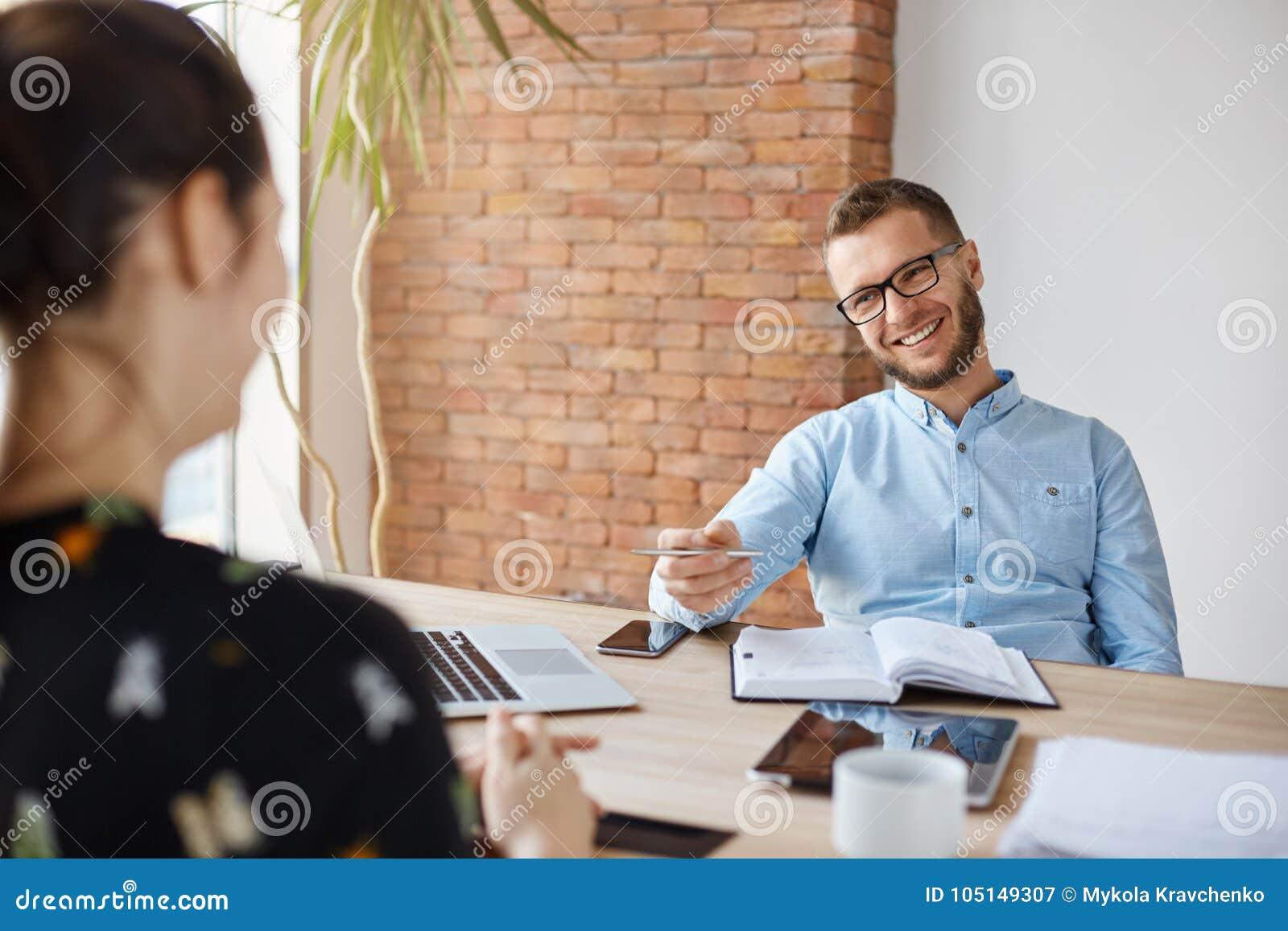 äganderätt för home tangent för affärsidé som guld- ner skyen till Ung brunett som framme sitter av mogen gladlynt kontorschef på