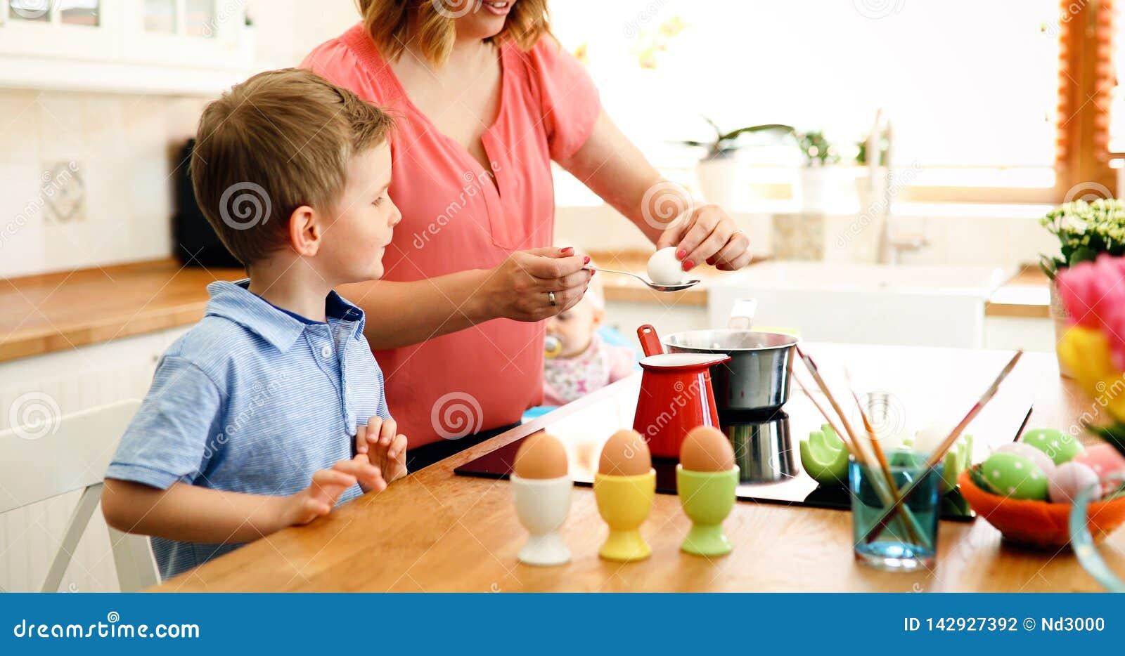 Ägg för moder- och sonmålarfärgpåsk