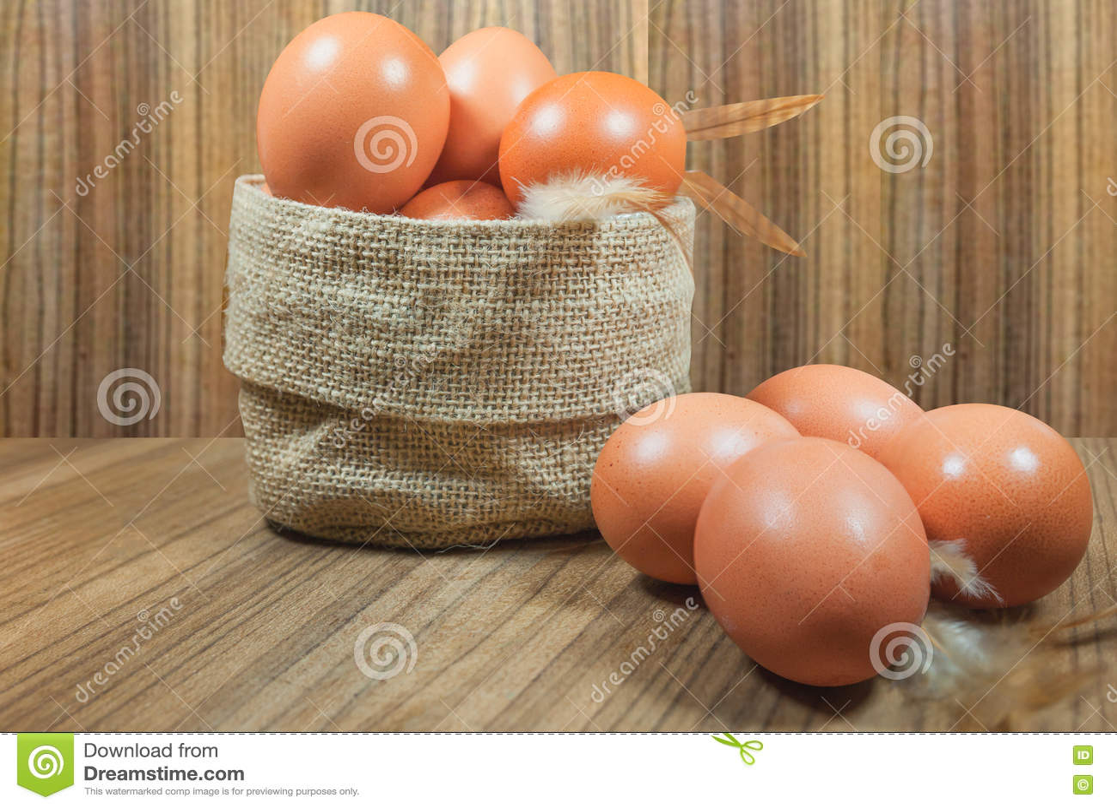 Ägg i korg på trä Ägg Ägg medf8ort rawfood