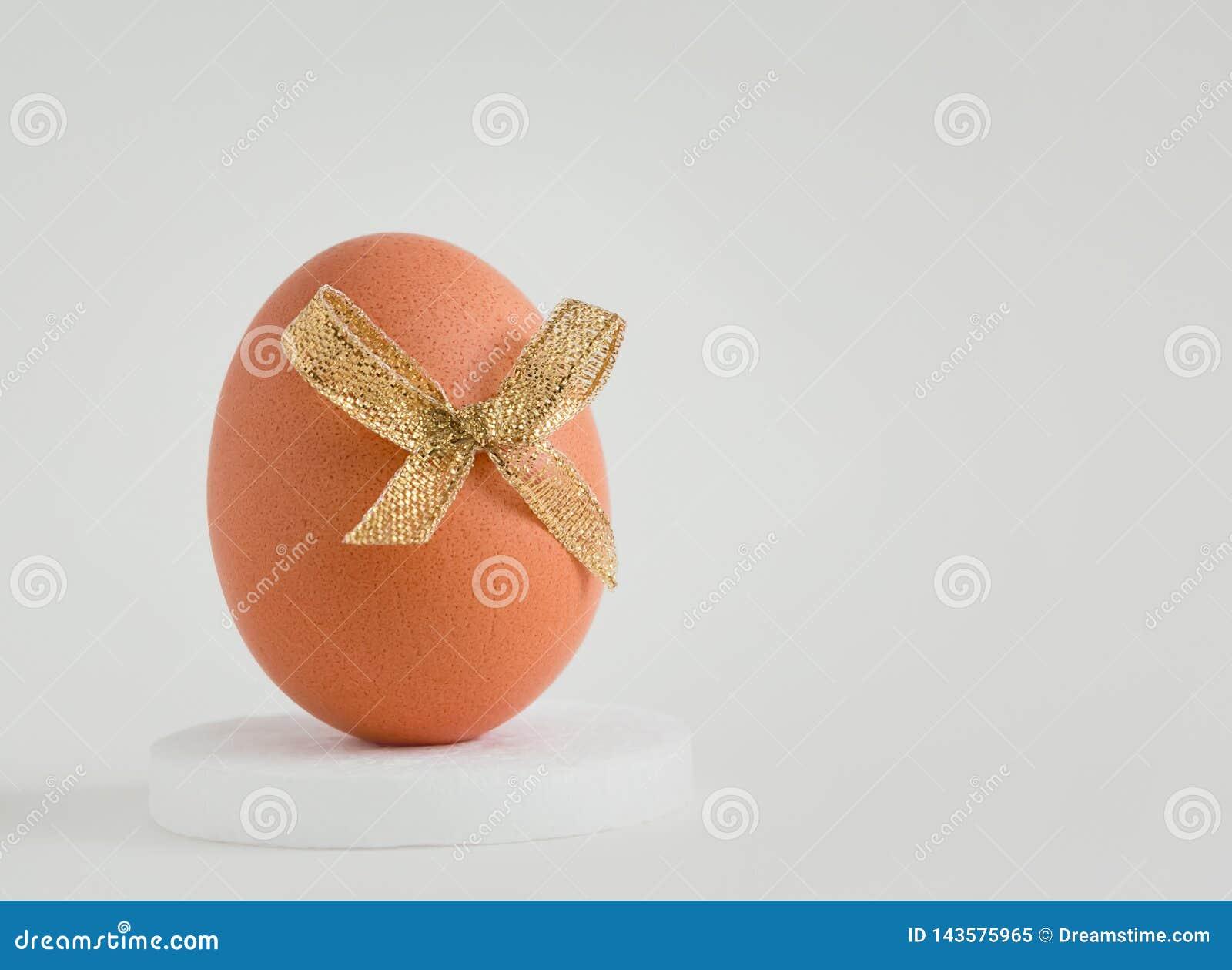 Ägg med en dekor på en vit bakgrund