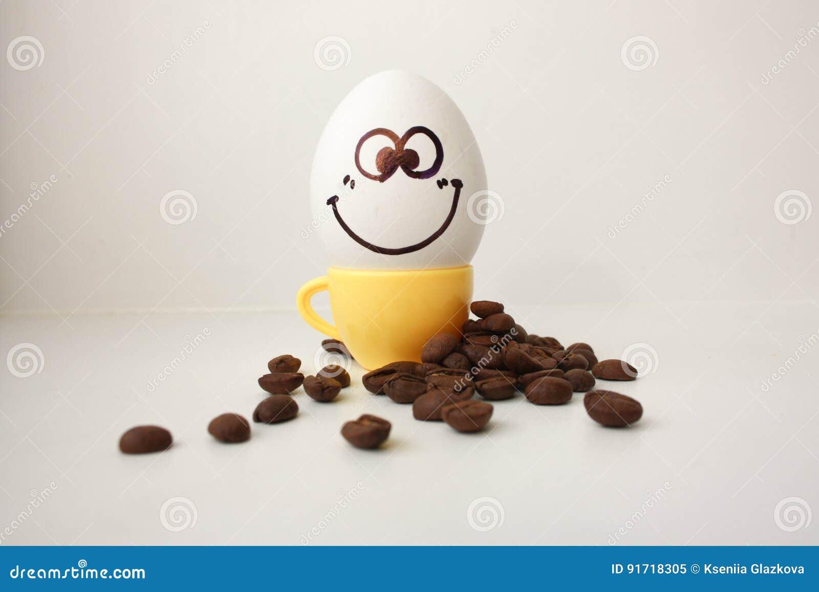 Ägg med en framsida Roligt och gulligt till ett kaffe råna