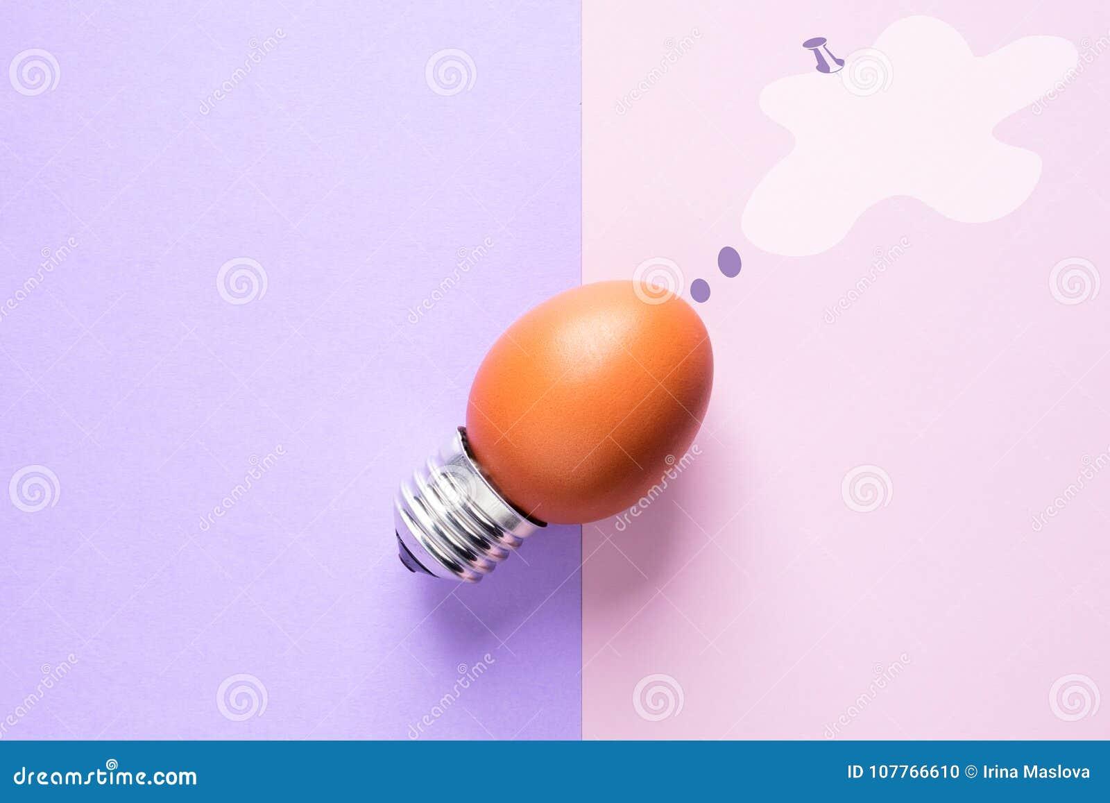 Äggskal för ljus kula på energi för grundbegreppsidé - besparing