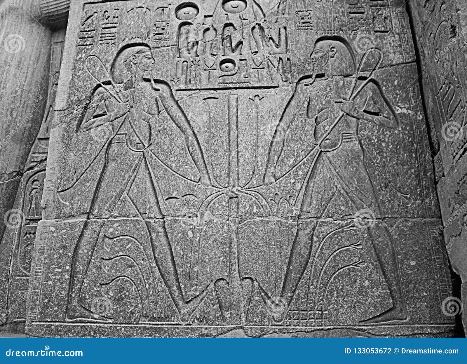 Ägyptische Hieroglyphen auf Kalksteinwand im ägyptischen Tempel