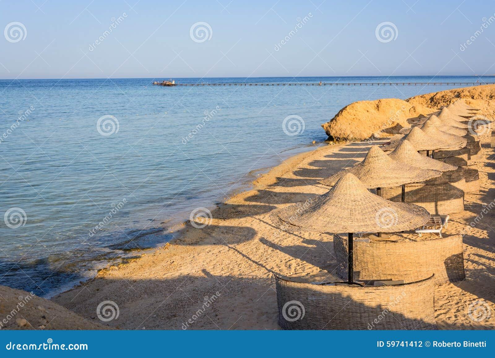 Ägyptische Sonnenschirme auf dem Strand