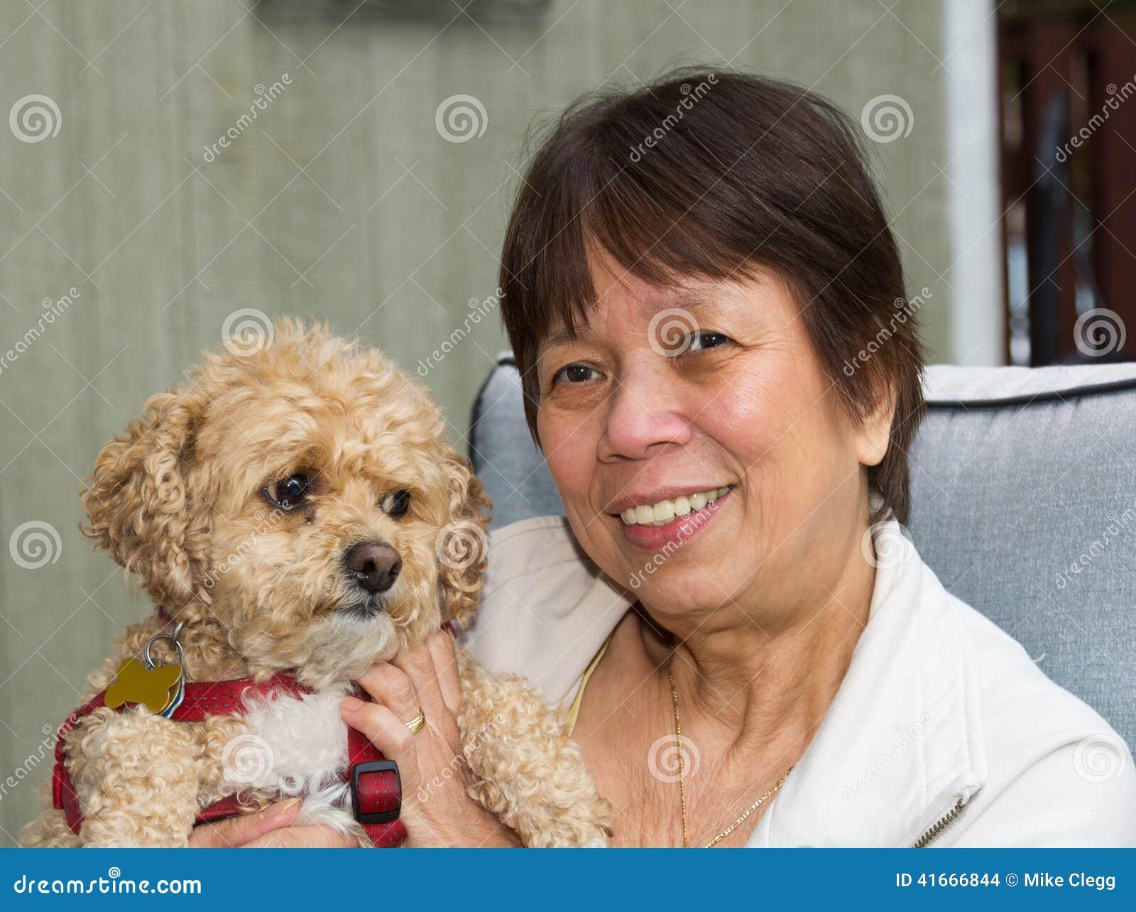 Äldre dam och hund