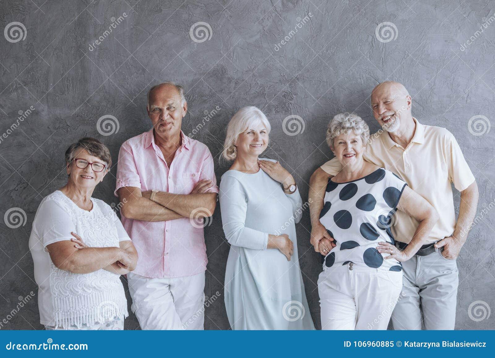 Äldre folk i tillfällig kläder