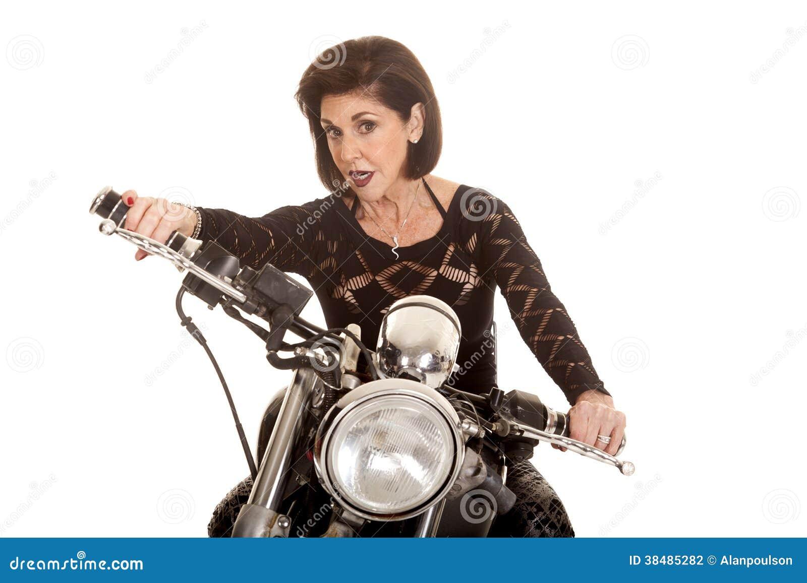 Äldre kvinna på motorcykelkörning