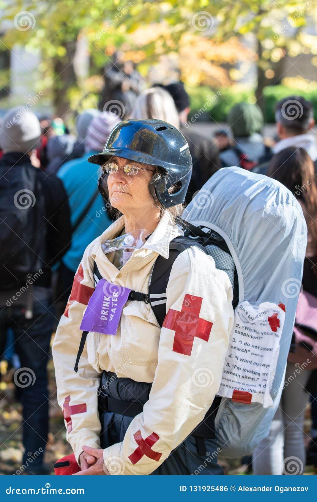 Äldre kvinna som en gataläkare under politisk protest