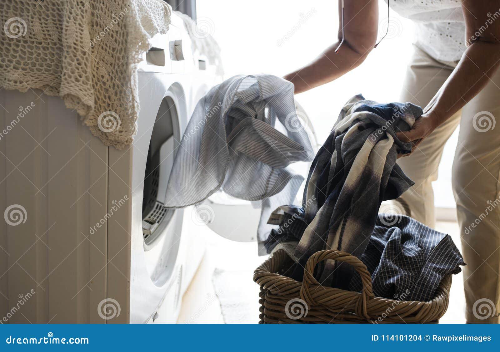 Äldre kvinna som gör en tvätteri
