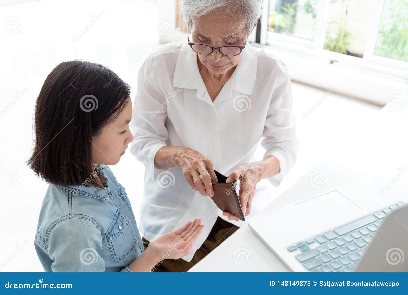 Äldre kvinnahänder för Closeup öppen plånbok, farmor eller förmyndare som ger fickpengar till sondottern, asiatiskt begära för li