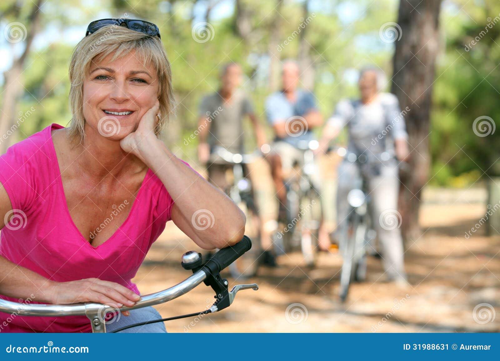 Äldre kvinnlig cyklist