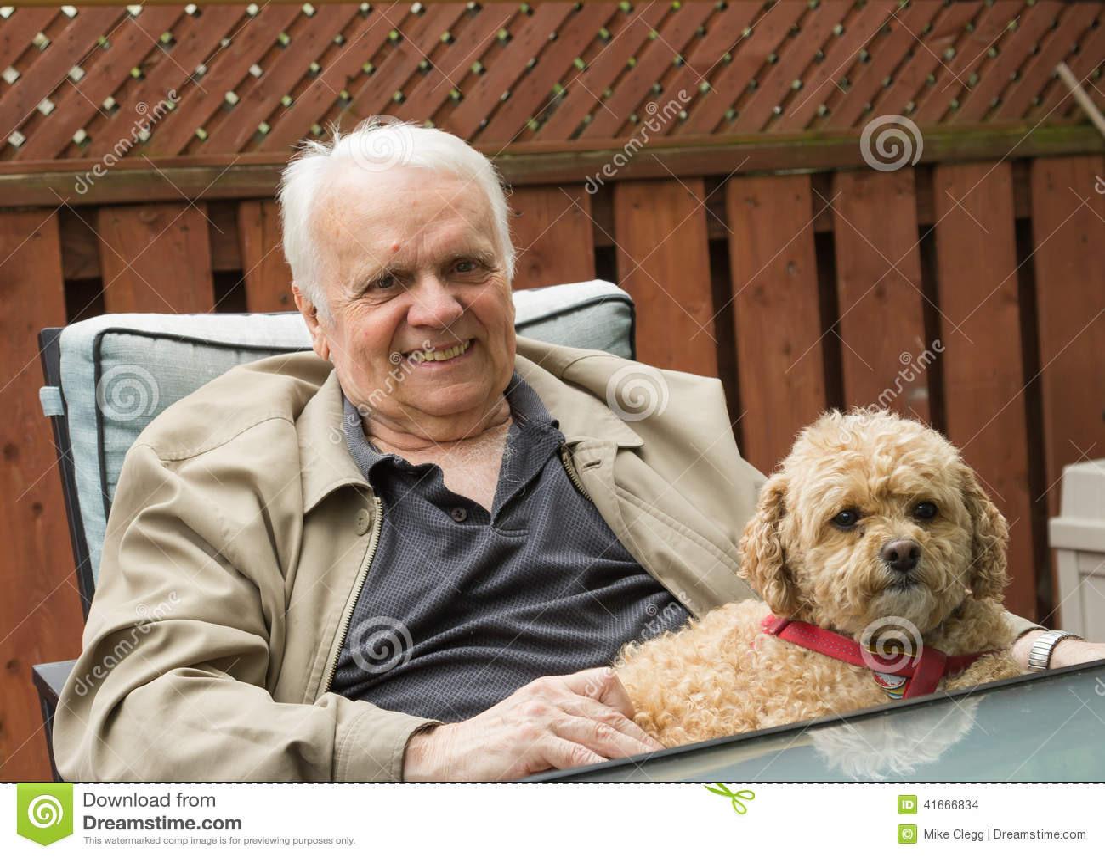 Äldre man och hund