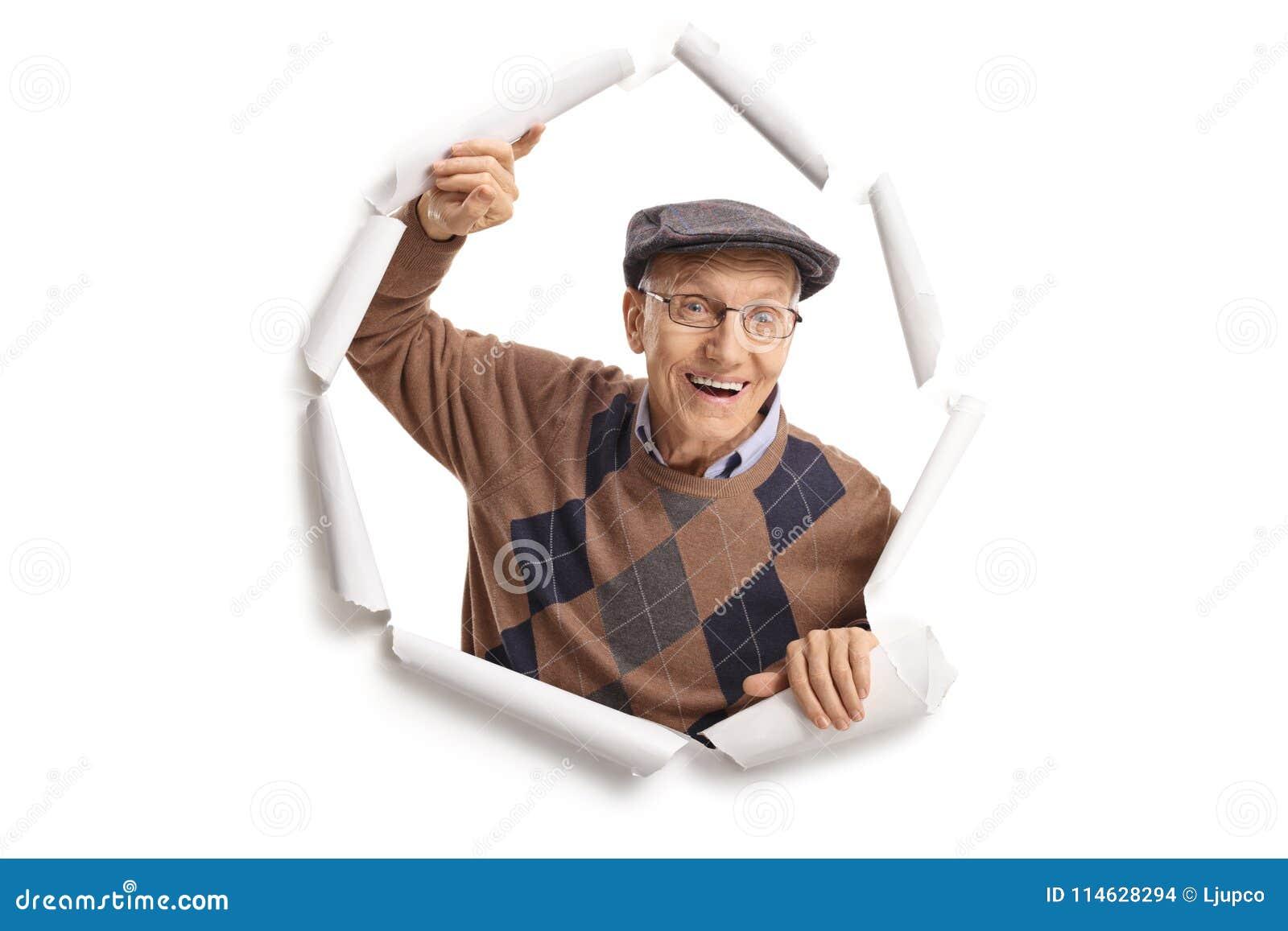 Äldre man som bryter till och med papper