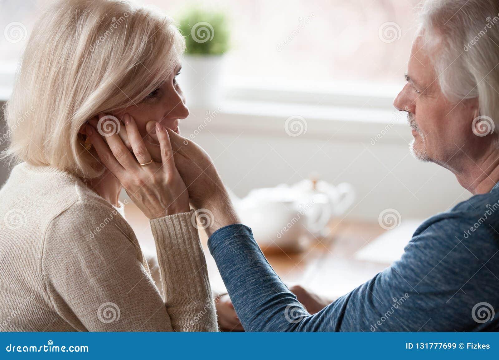 Älska åldrigt makehandlag och den älskade frun för smekning